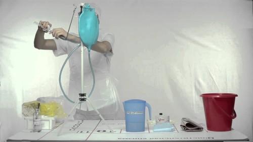 Як провести очищення кишечника клізмами: безпечні методи